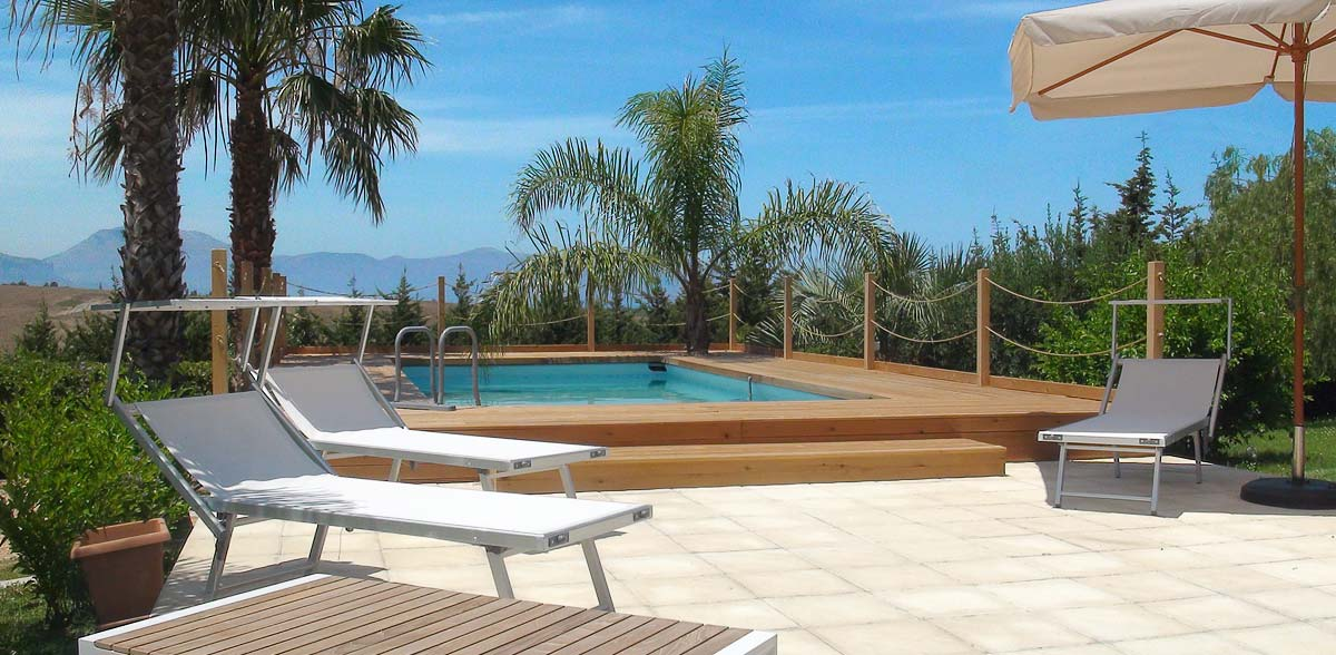 Het zwembad en terras van Appartamento Chiddu en Appartamento Chistu