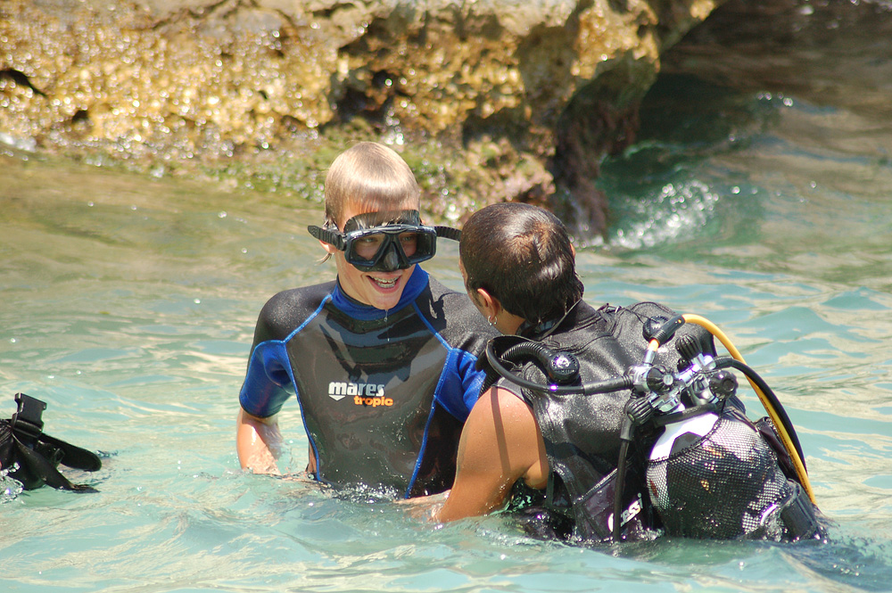 Een van onze gasten krijgt een zeedoop (eerste duik) vlakbij Scopello.