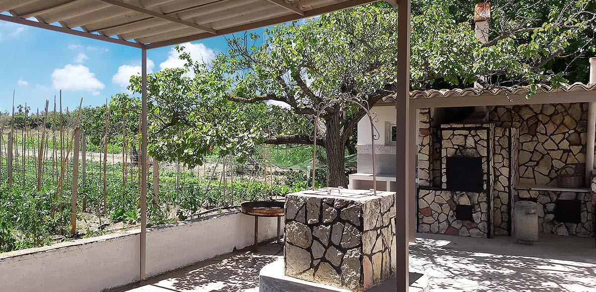 De buitenkeuken van Casa Chiàppara met de houtoven