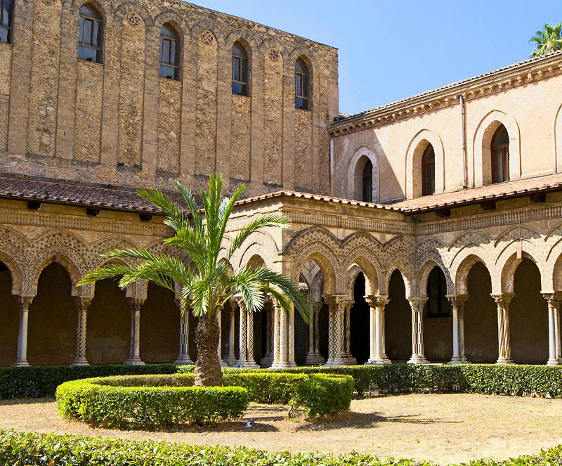 De uitbouw met fontein in de hoek van de kloostergang