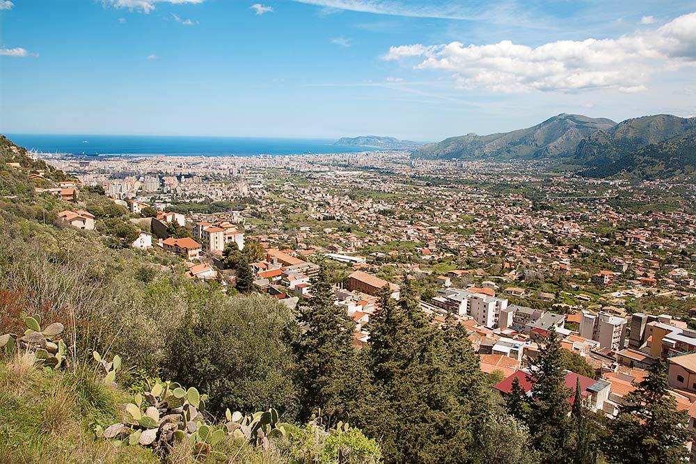 Het uitzicht op Palermo vanaf de tuin achter het klooster