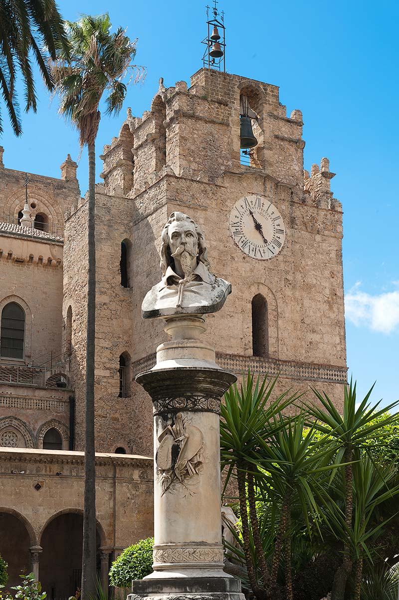 Op het plein naast de kathedraal