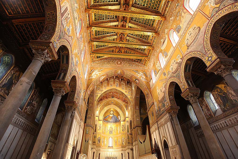 Het indrukwekkende interieur van de kathedraal