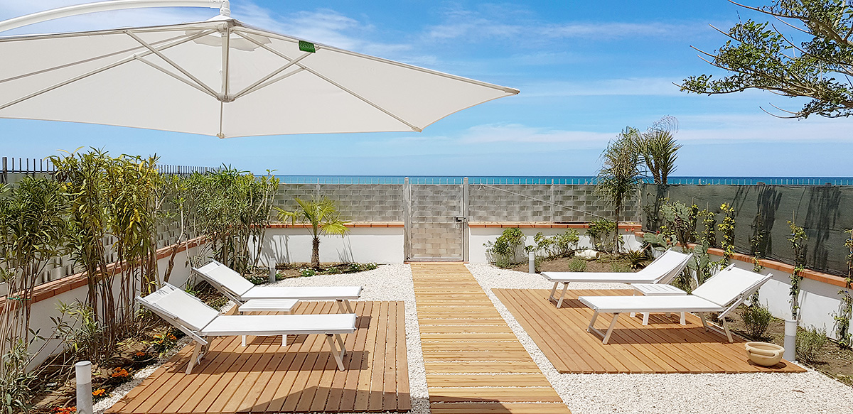 De tuin van Appartamento Lu Sciabordiu aan het zandstrand van Balestrate