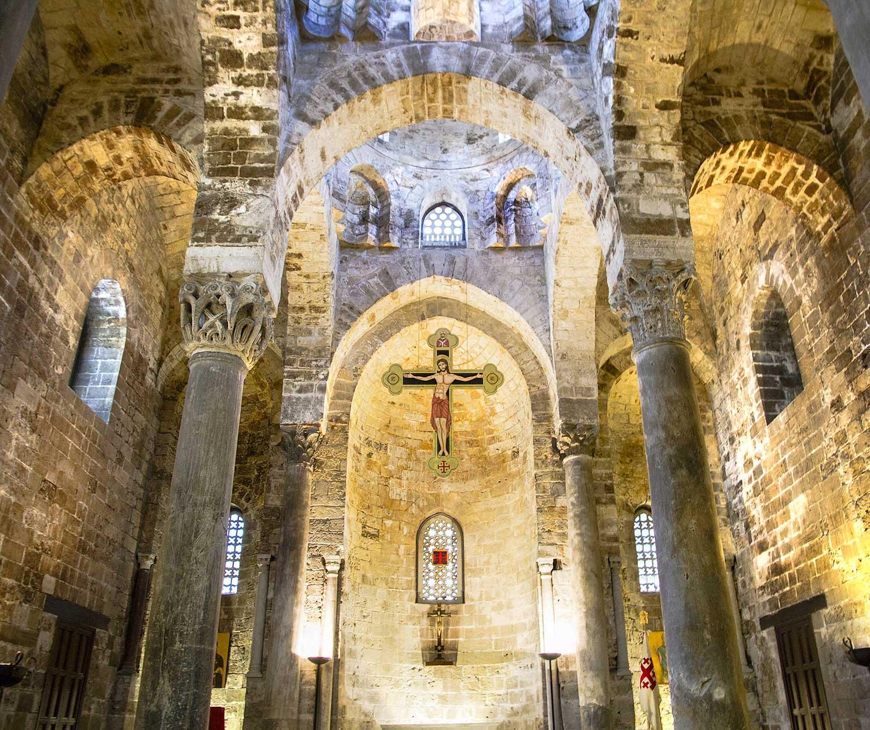 Het wat sobere interieur van de San Cataldo kerk
