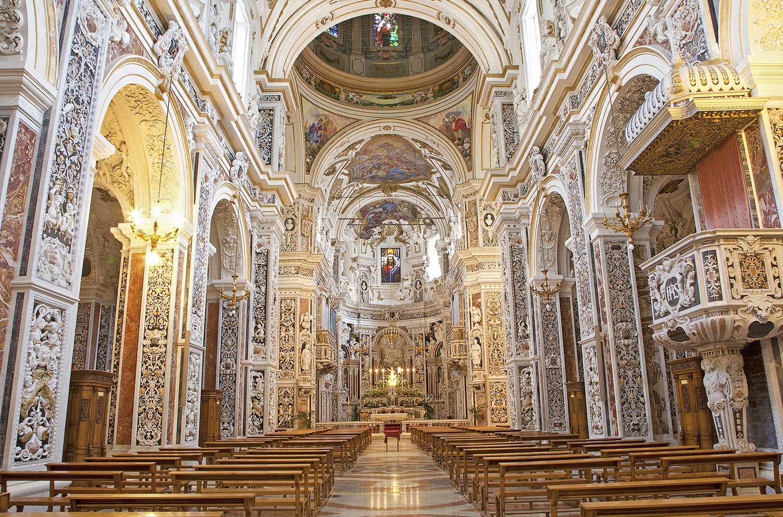 Het indrukwekkende interieur van de kerk