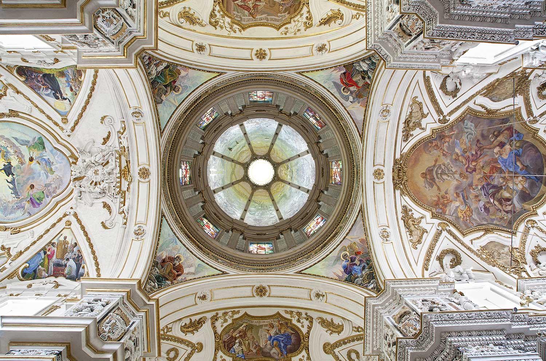De versierde koepel en de gewelven van de barokke kerk