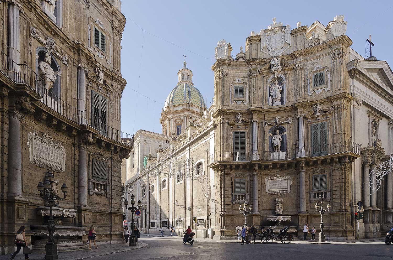 De zuidzijde van de Quattro Canti met de San Giuseppe dei Teatini kerk