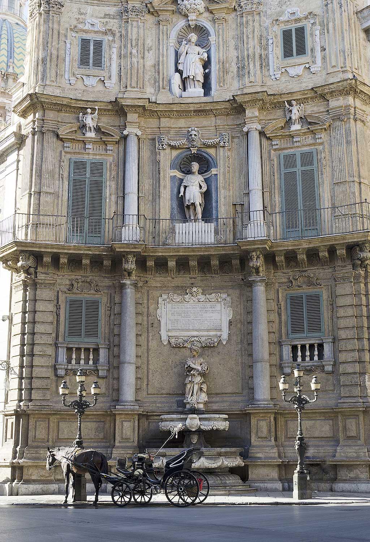 Een van de vier gevels (de zuidzijde) van de Quattro canti