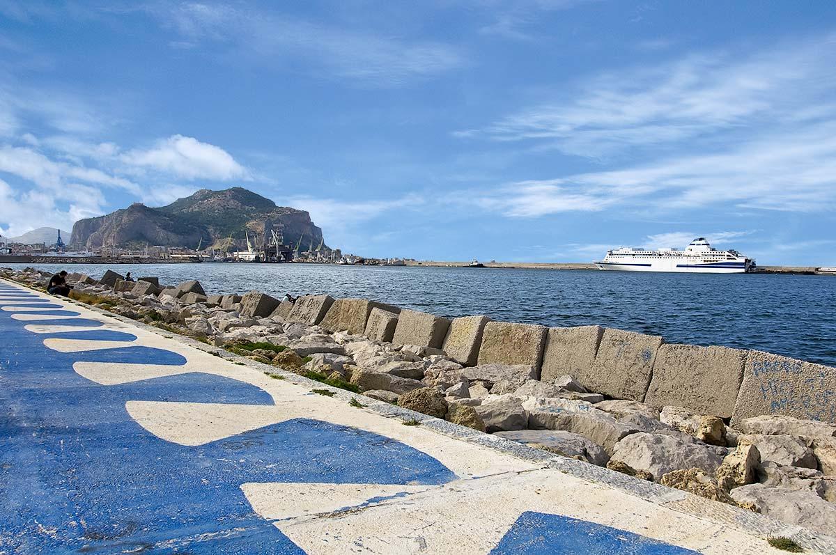 Op het Foro Italico met op de achtergrond de Monte Pellegrino en de haven van Palermo
