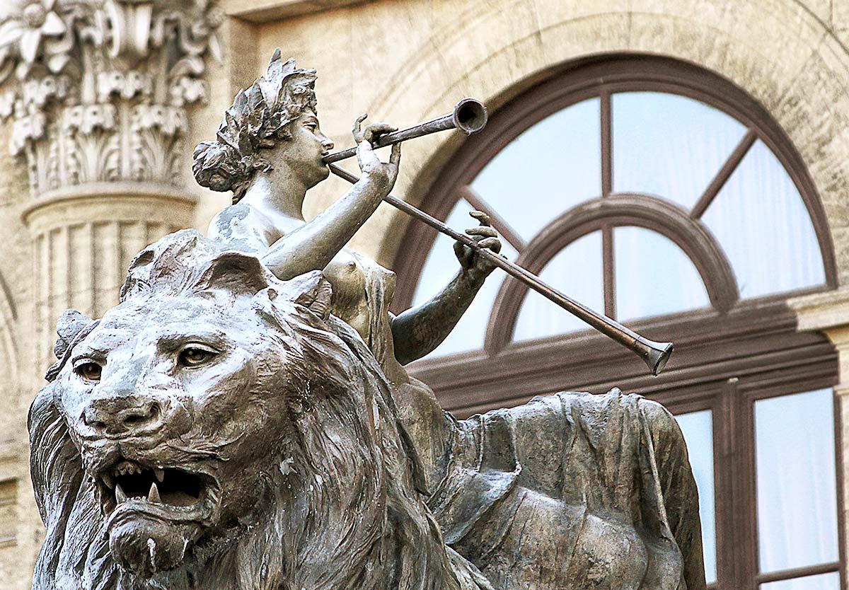 De Lirica op een van de bronzen leeuwen