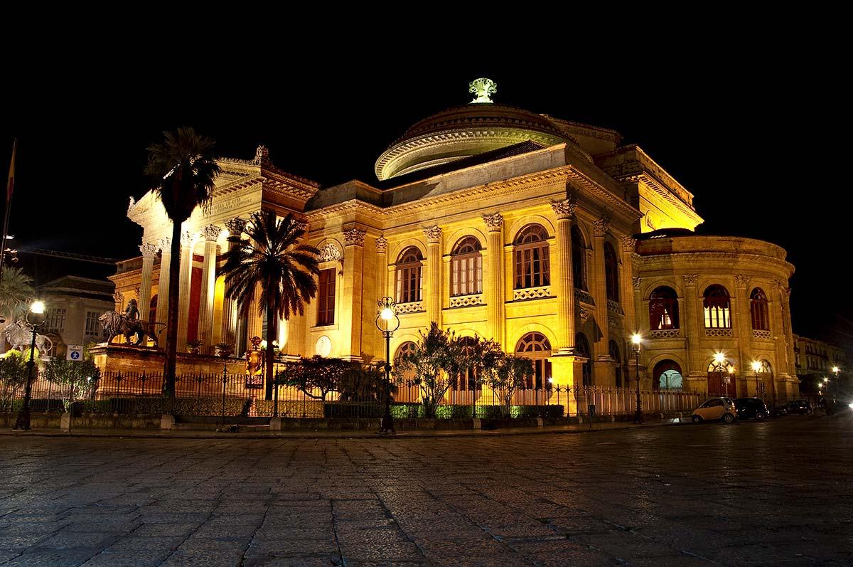 Het verlichte operagebouw.