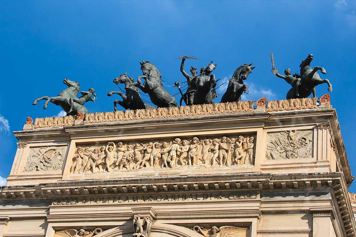 Het beeld van Apollo op een strijdwagen op het Teatro Politeama