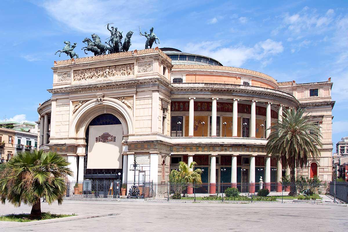 Het Teatro Politeama op de Piazza Ruggero VII