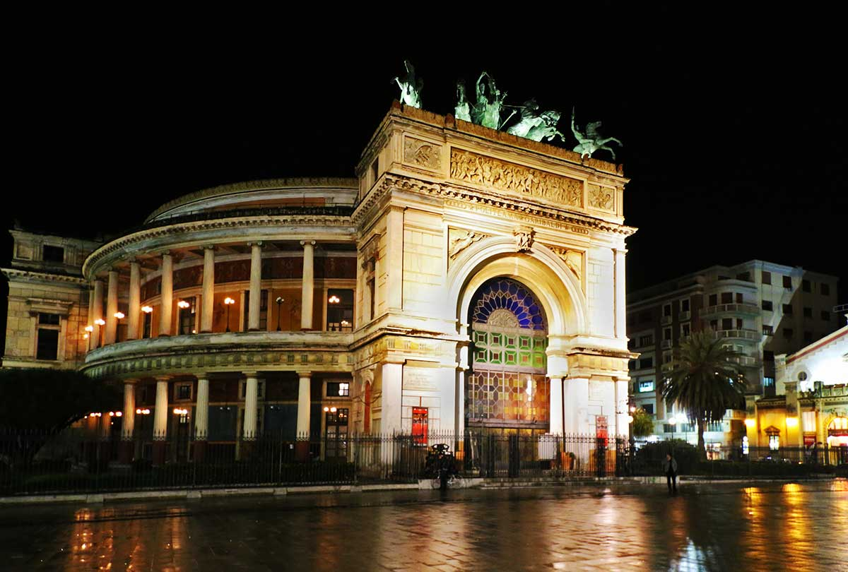 Het Teatro Politeama by night
