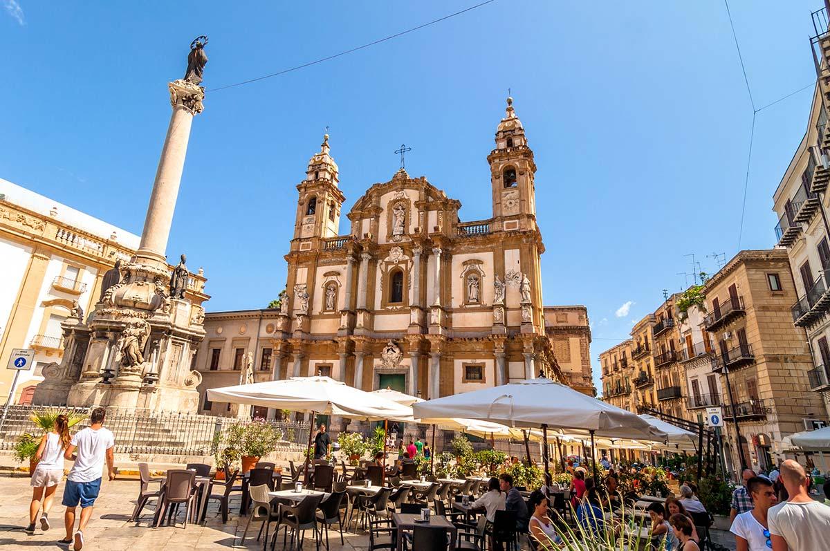 De Piazza San Domenico met de gelijknamige kerk