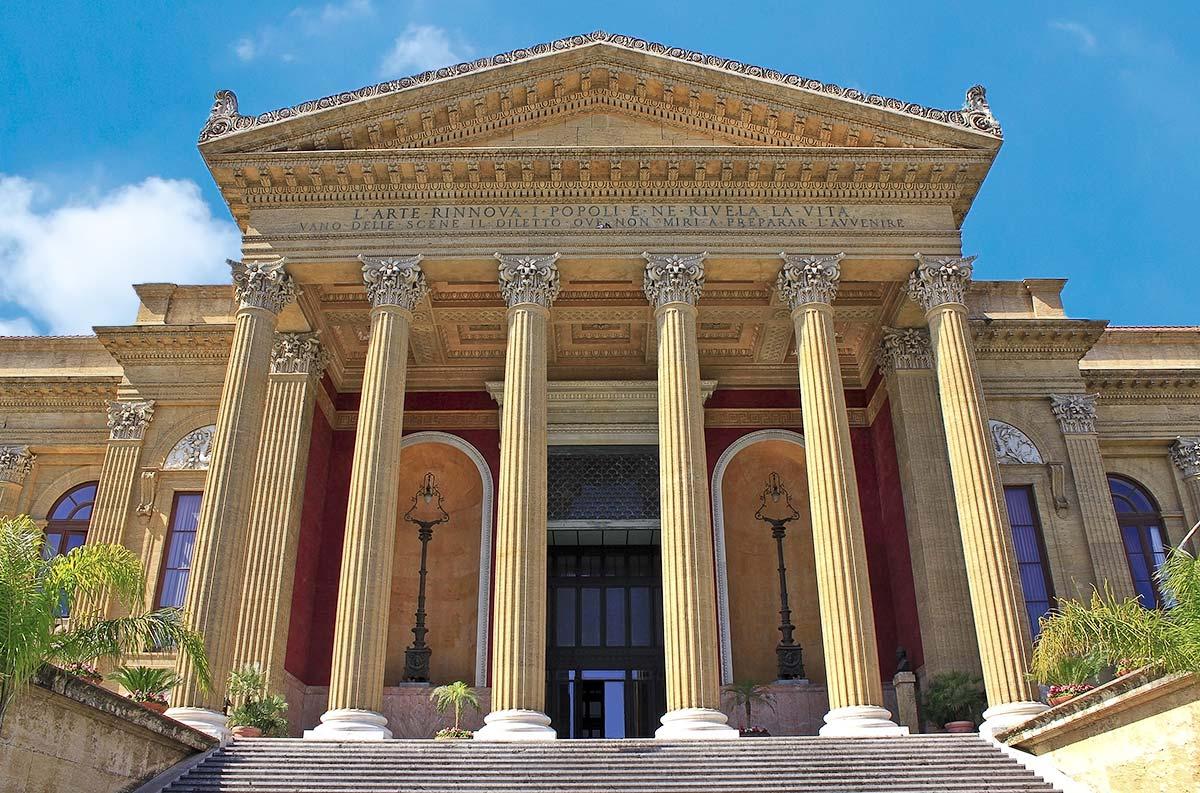 De ingang van het operagebouw met Korinthische zuilen