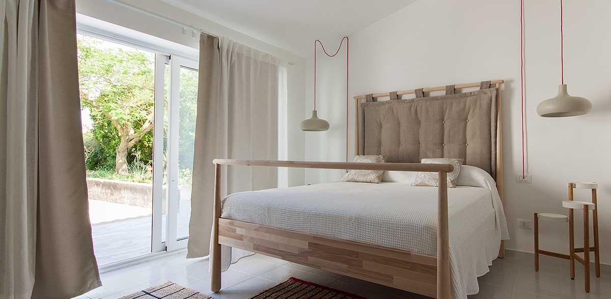 De slaapkamer in de dependance van Villa Liccumia
