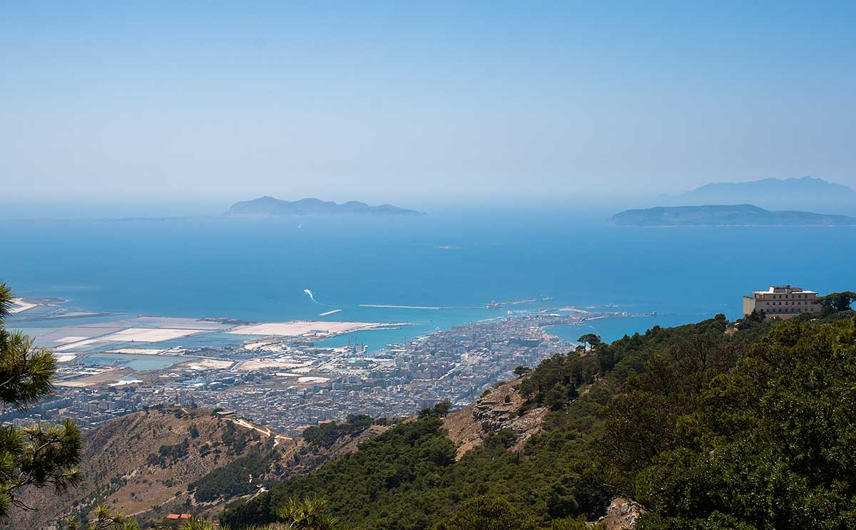 Uitzicht op Trapani, de zoutpannen en de Egadische eilanden