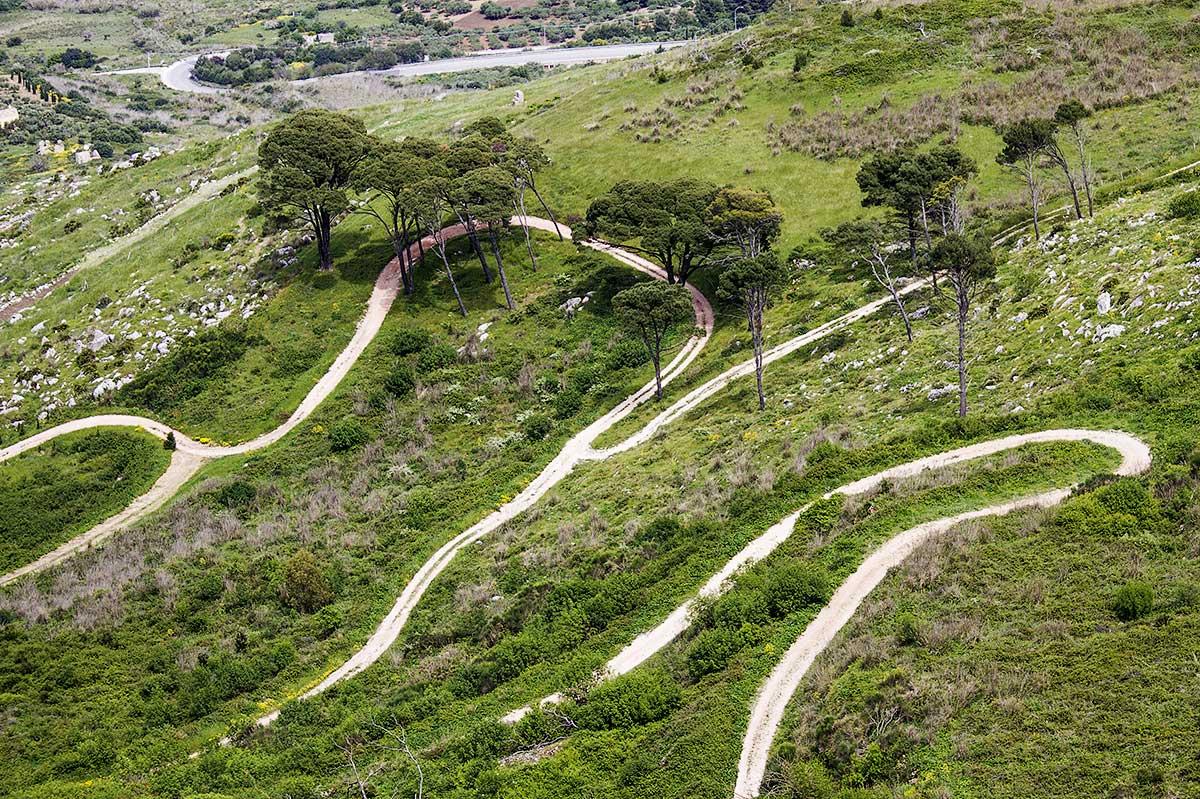 Diverse wegen slingeren zich naar de top van Monte Erice