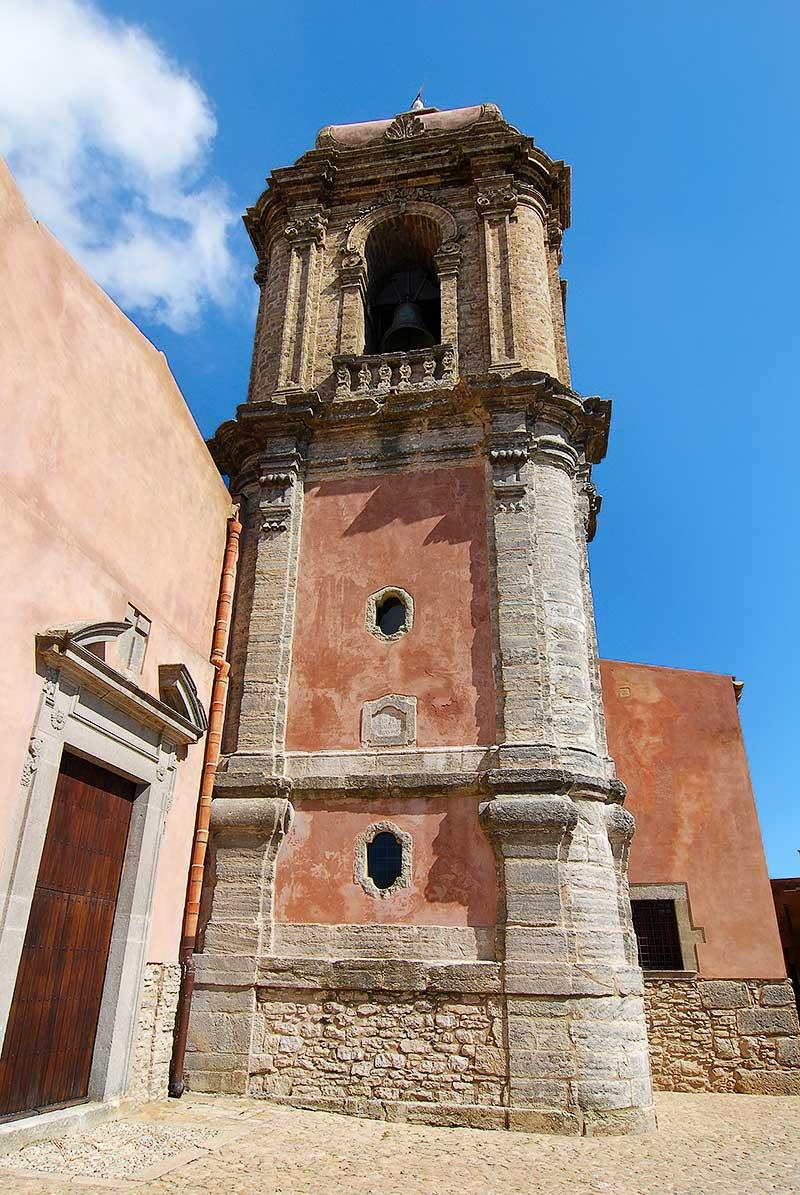 De klokkentoren van de San Giuliano kerk in Erice