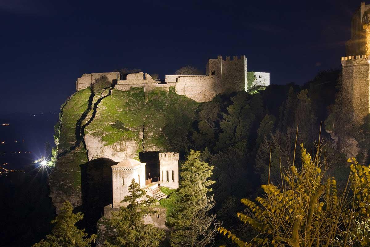 De verlichte Torretta Pepoli en het Castello di Venere