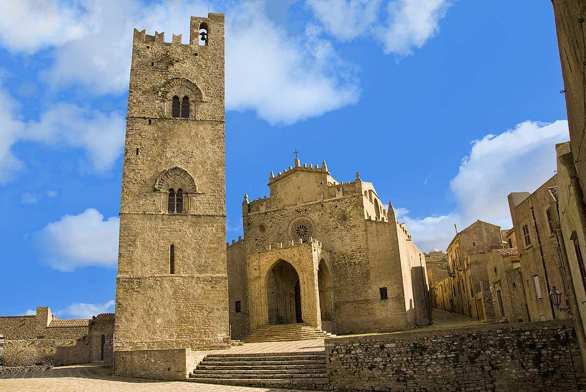 De kathedraal en de klokkentoren van Erice