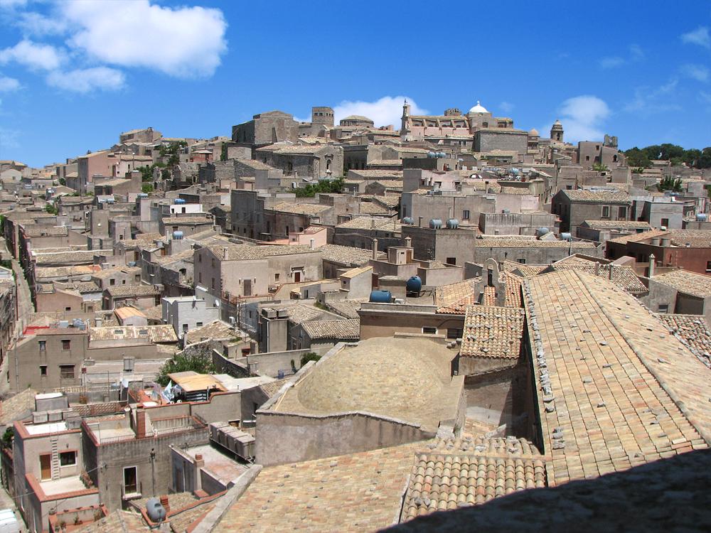 Het stadje Erice en de kathedraal gezien vanaf de klokkentoren