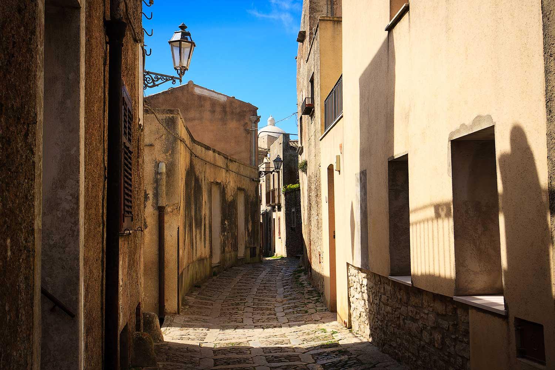 Smalle straatjes in het middeleeuwse stadje