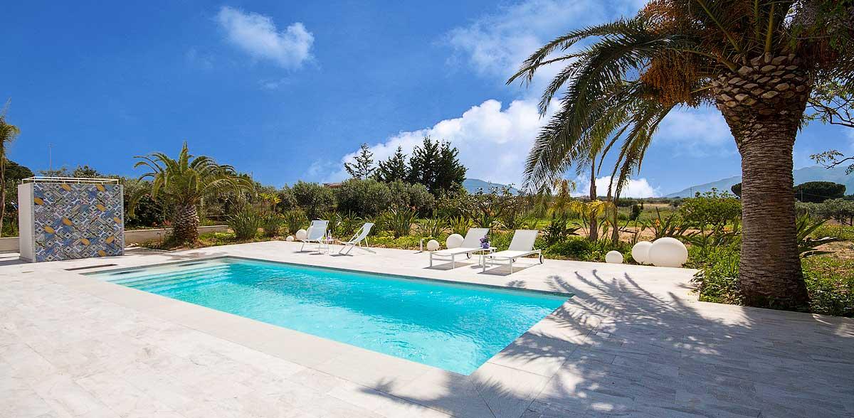 De zwembadzone van Villa Liccumia