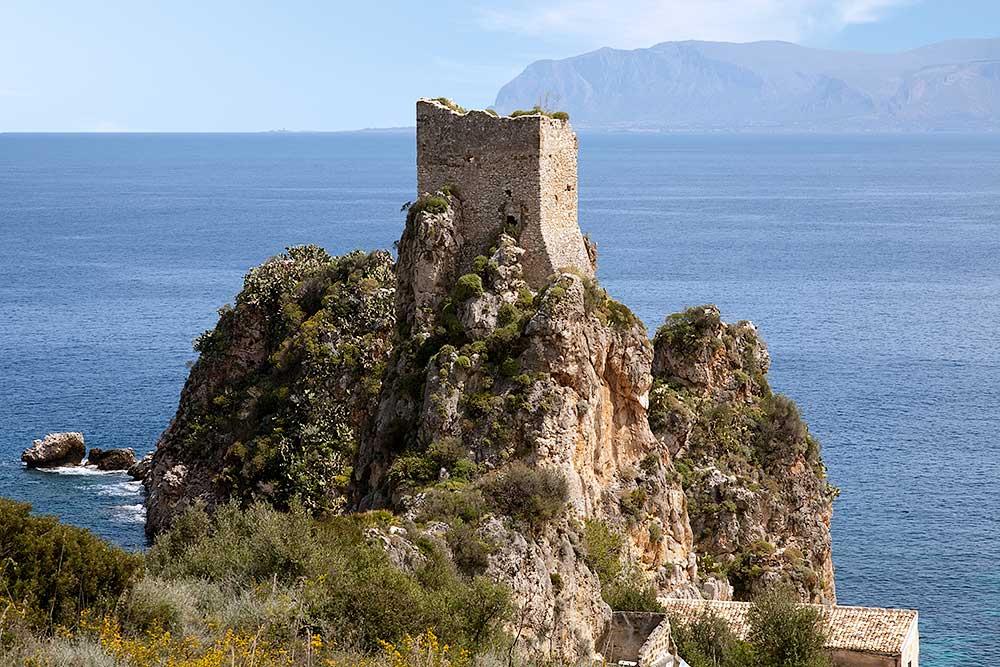 Een van de wachttorens vlakbij de tonnara