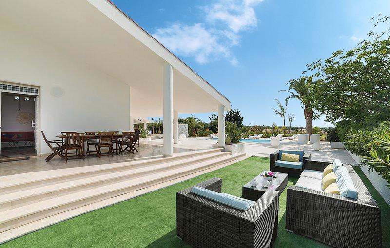 Het buitenmeubilair van Villa Liccumia