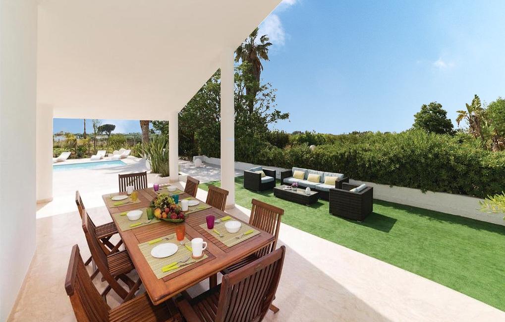 De buitentafel van Villa Liccumia