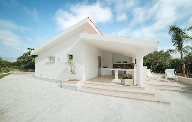 De dependance met buitenkeuken van Villa Liccumia