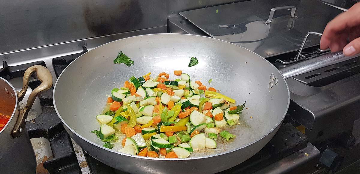 De groente gaat de pan in