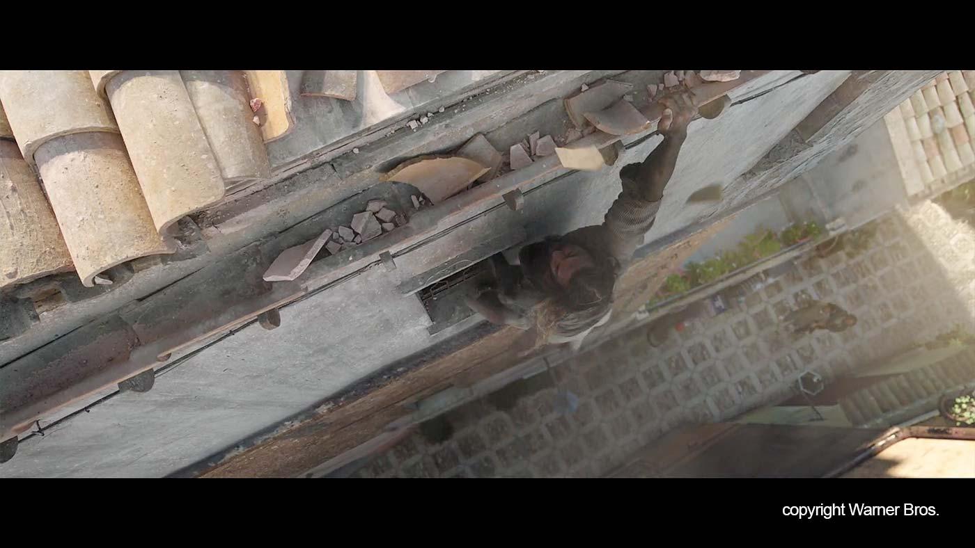 De scene waarin Aquaman aan een dakgoot hangt.