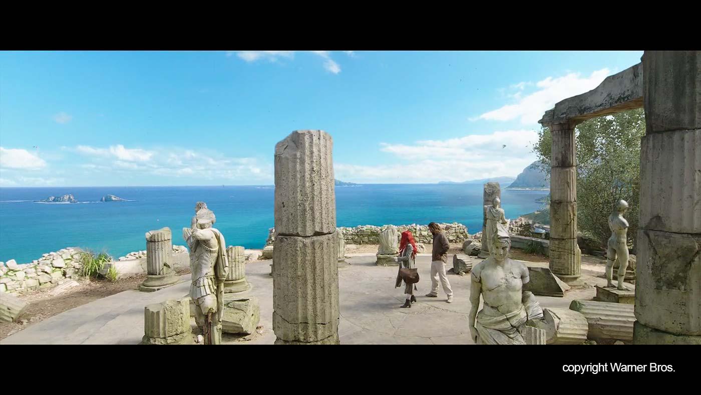 In de tempel met uitzicht op een azuurblauwe zee