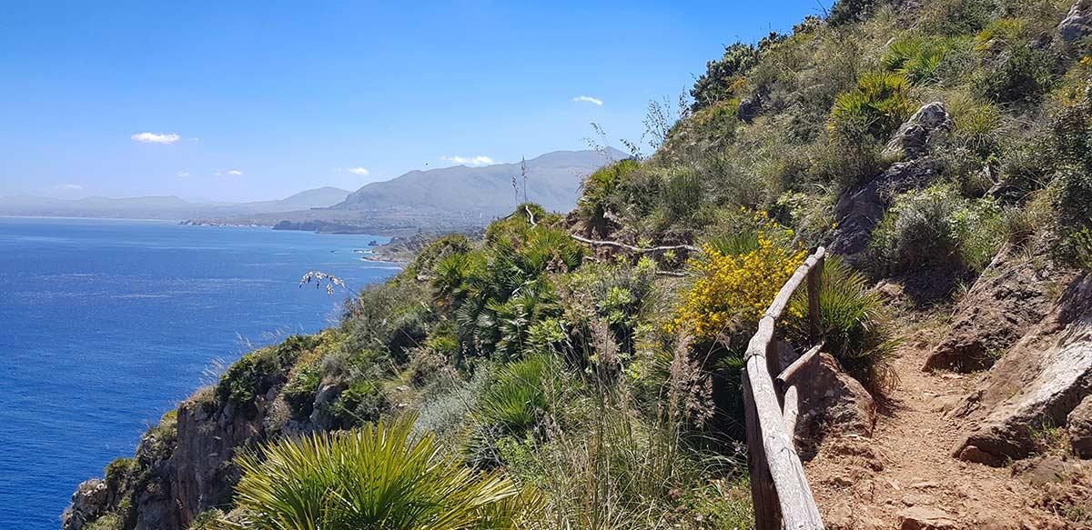 De kustlijn aan de zuidzijde van Lo Zingaro