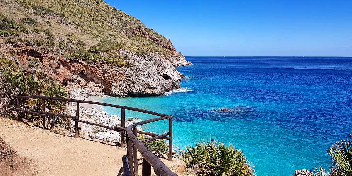 Het azuurblauwe water van de Capreria baai