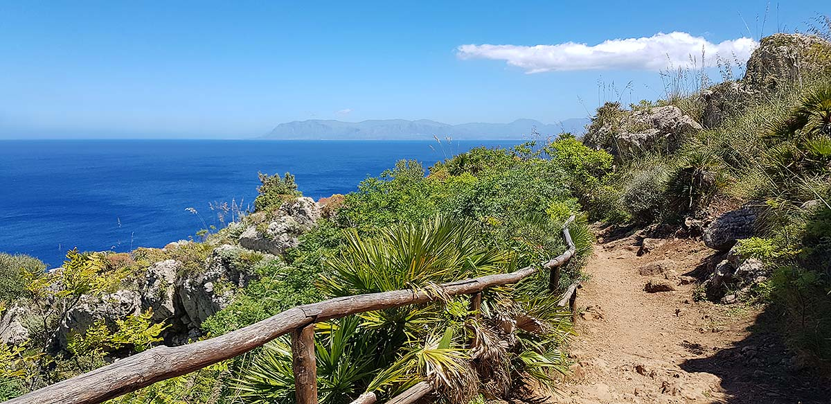 Het uitzicht op zee en de Monte Palmeto in de verte