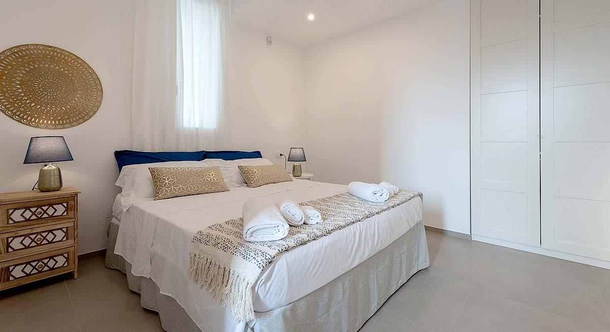 Een van de slaapkamers van Villa Brezza Marina