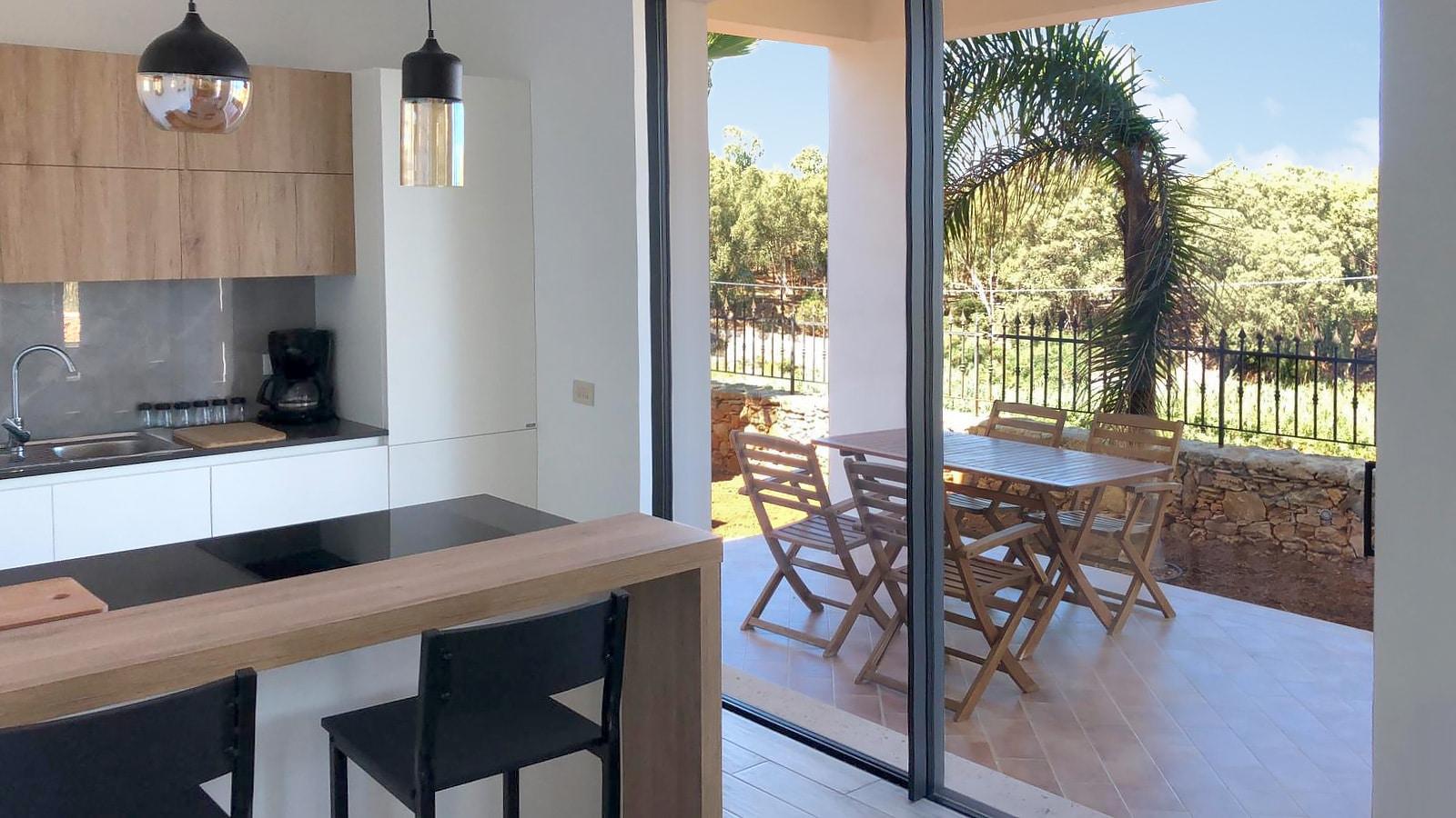 De nieuwe keuken met de schuifdeuren naar het overdekte terras