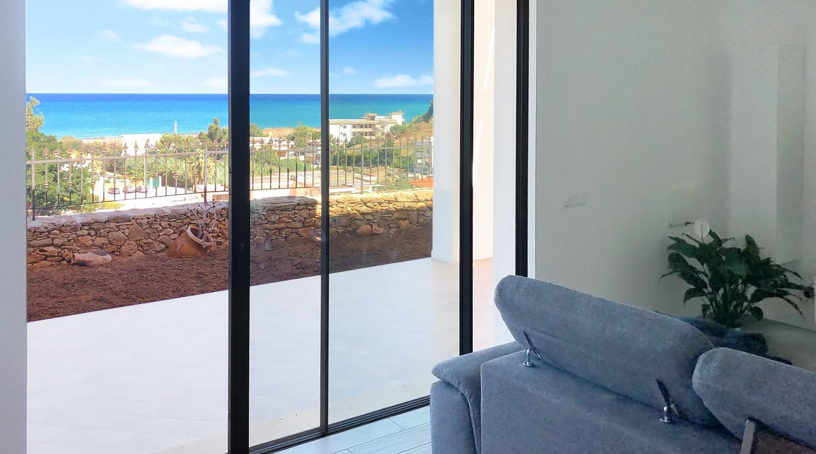 Uitzicht op zee vanuit de woonkamer van Villa Donnola